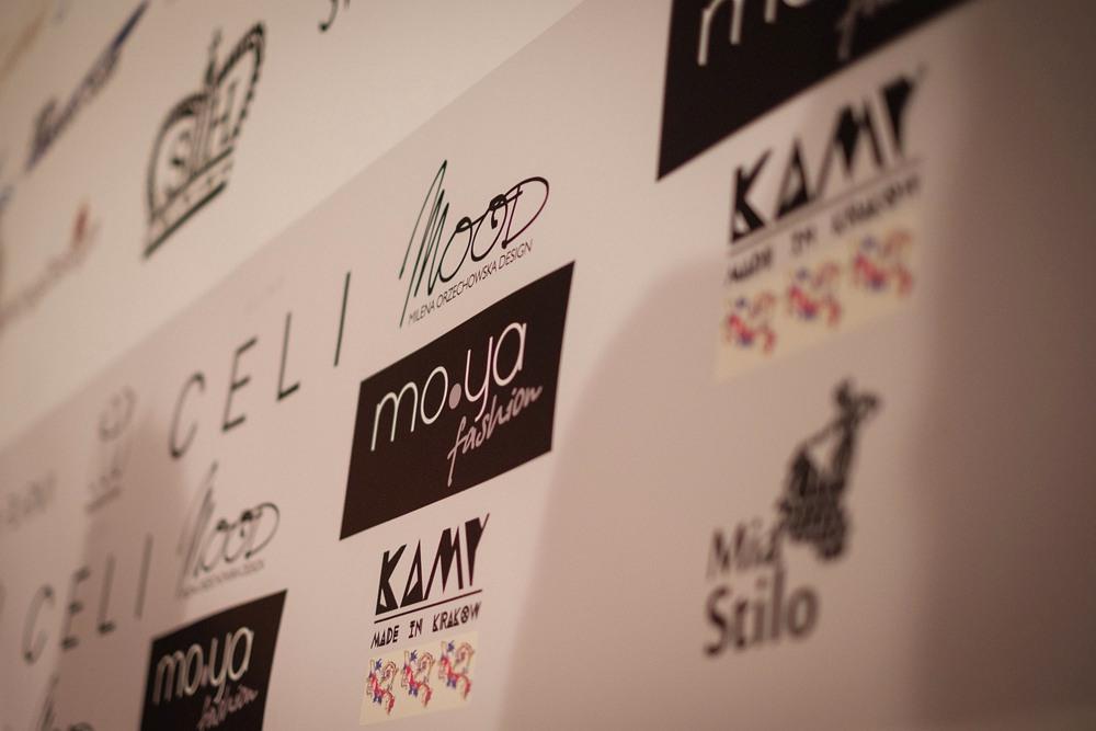 Fragment ścianki Berlin Fashion Week, logo MO.YA Fashion