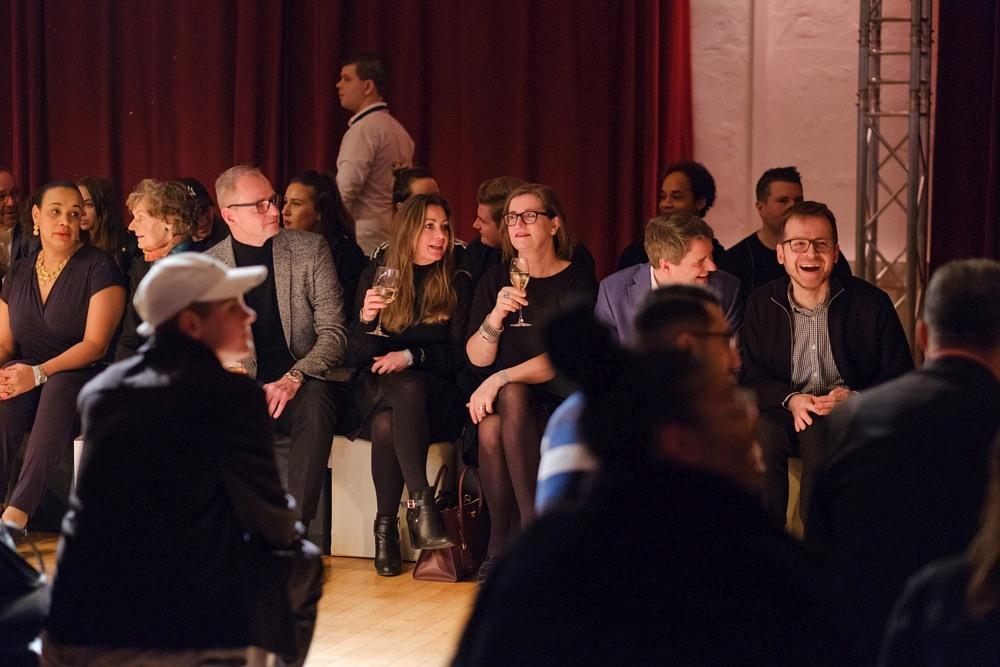 Publiczność z lampkami wina na Berlin Fashion Week