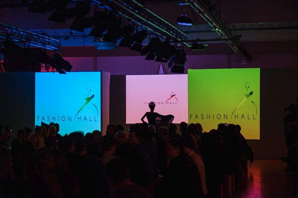 Początek pokazu Berlin Fashion Week, pierwsza prezentacja modelek