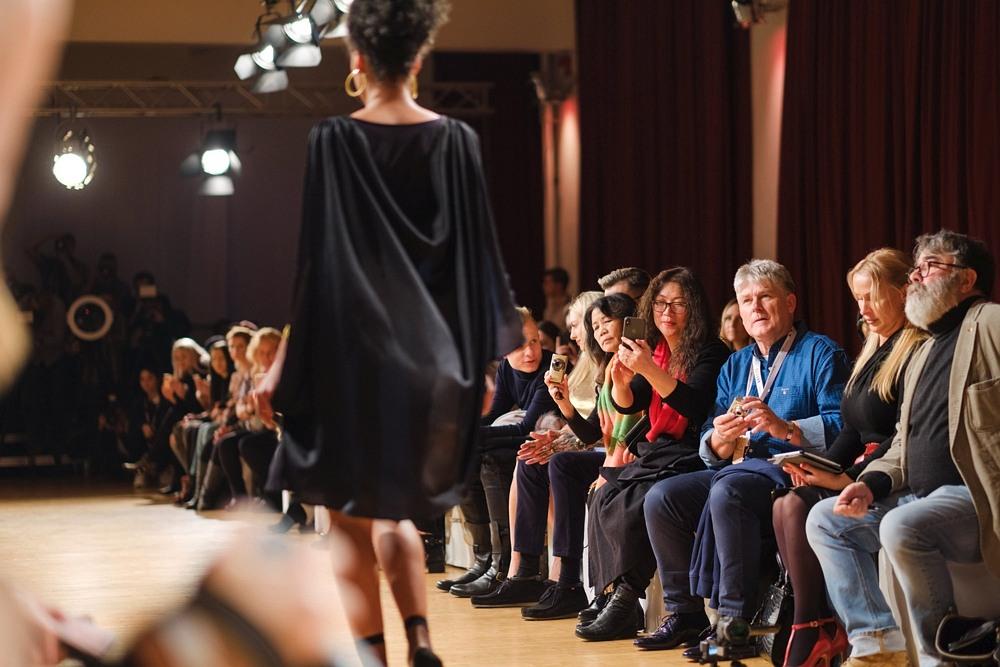 Publiczność obserwuje modelkę na wybiegu podczas Berlin Fashion Week