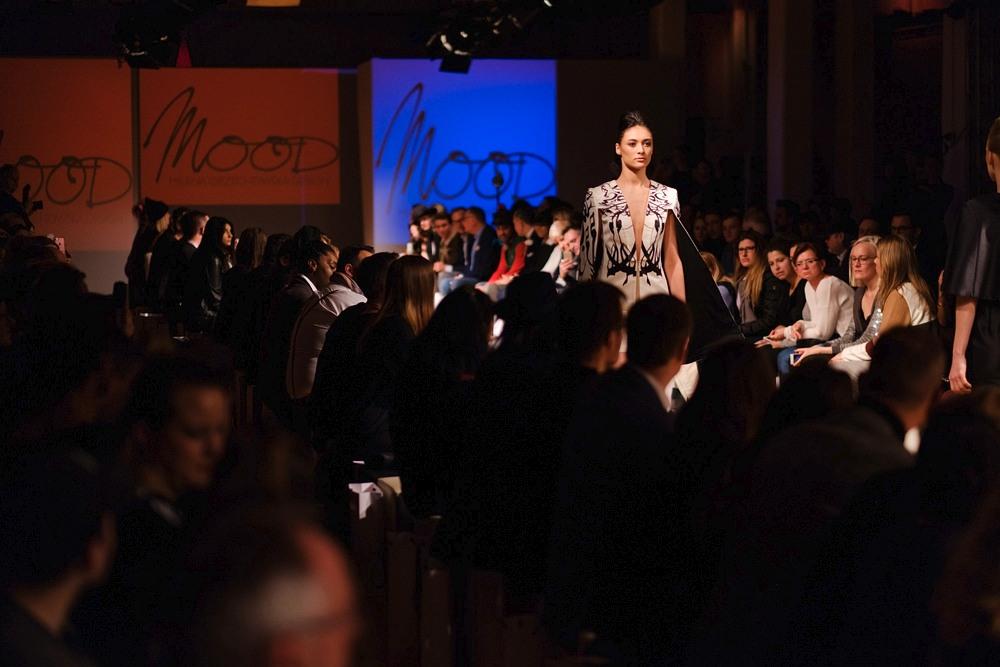 Modelka na wybiegu podczas Berlin Fashion Week