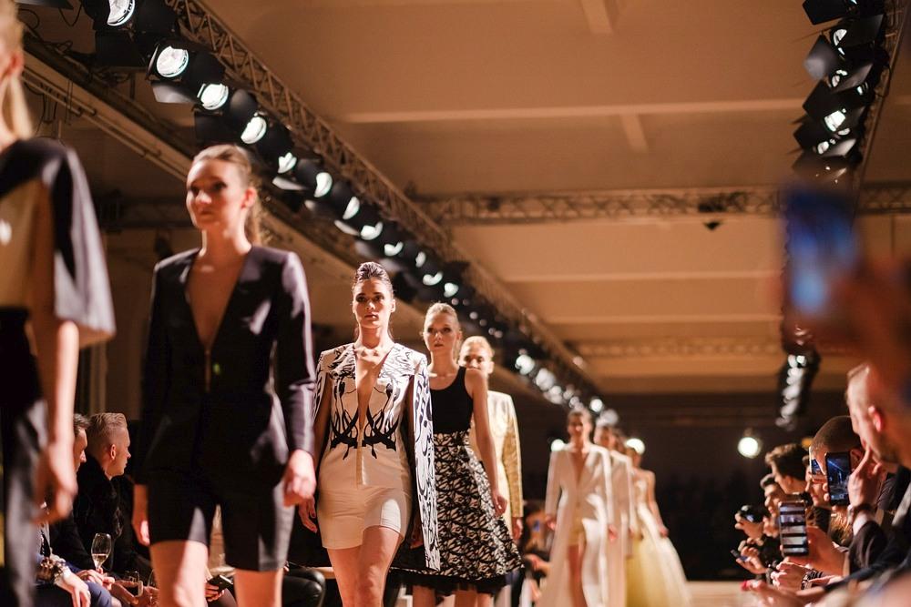 Szpaler modelek podczas wybiegu na Berlin Fashion Week