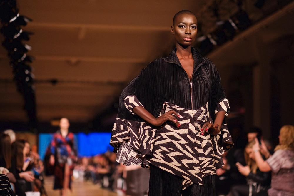 Czarnoskóra modelka Mame-Ana Wade na wybiegu podczas Berlin Fashion Week