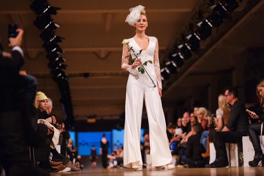 Modelka w Nietypowej Sukni Ślubnej ze spodniami podczas Berlin Fashion Week