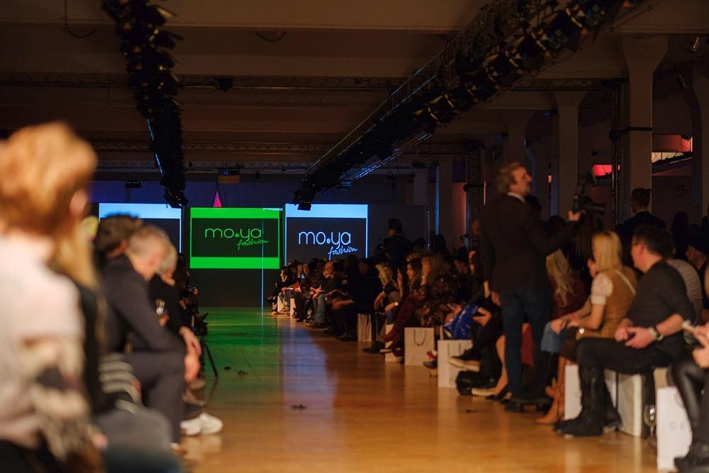 początek pokazu sukni MO.YA Fashion - inicjalne przedstawienie projektanta na ekranach