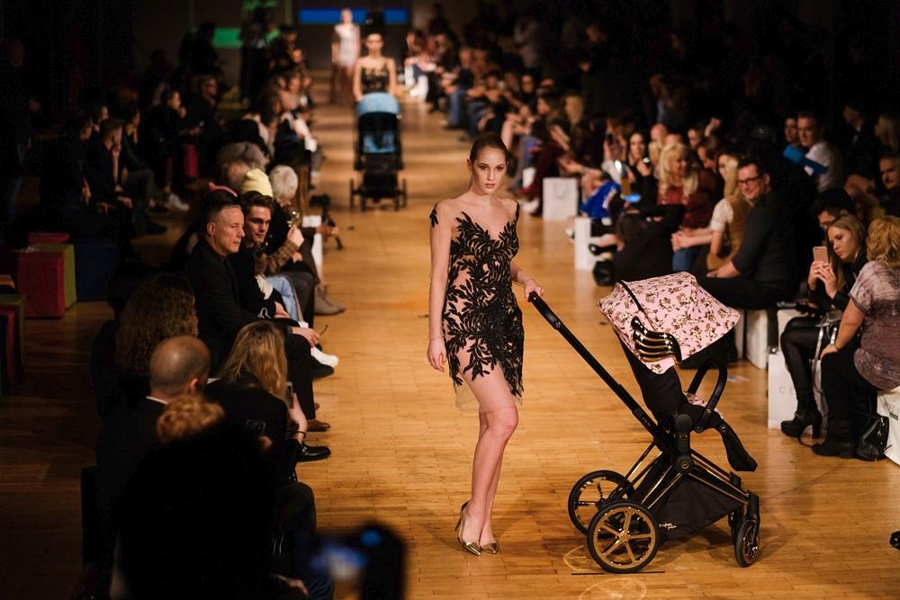 Modelka w sukni MO.YA Fashion oraz z wózkiem CYBEX podczas Berlin Fashion Week