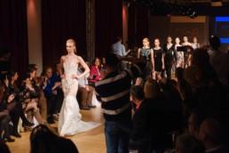 Ania Piszczałka idzie na wybiegu podczas Berlin Fashion Week