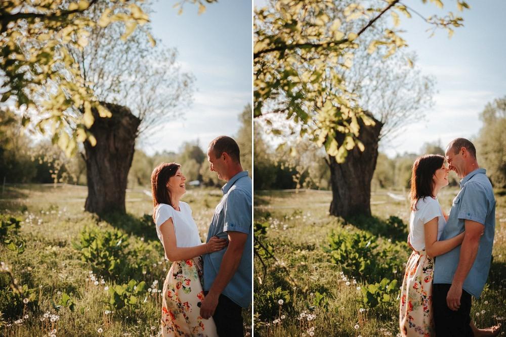 radość zakochanych, w tle drzewo o grubym konarze