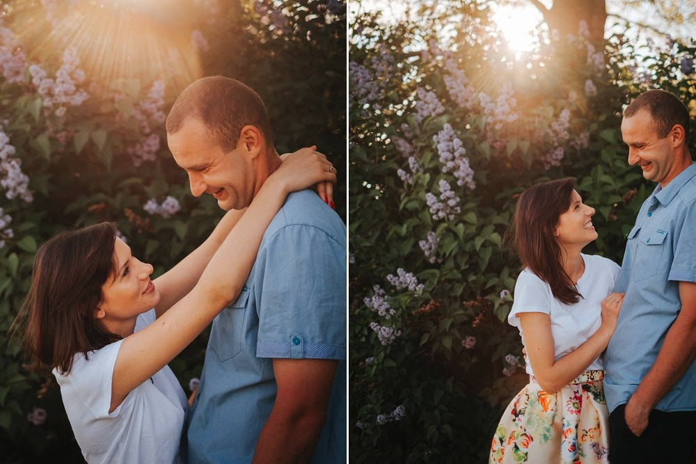 przytulasy pod drzewkiem z fioletowymi kwiatkami