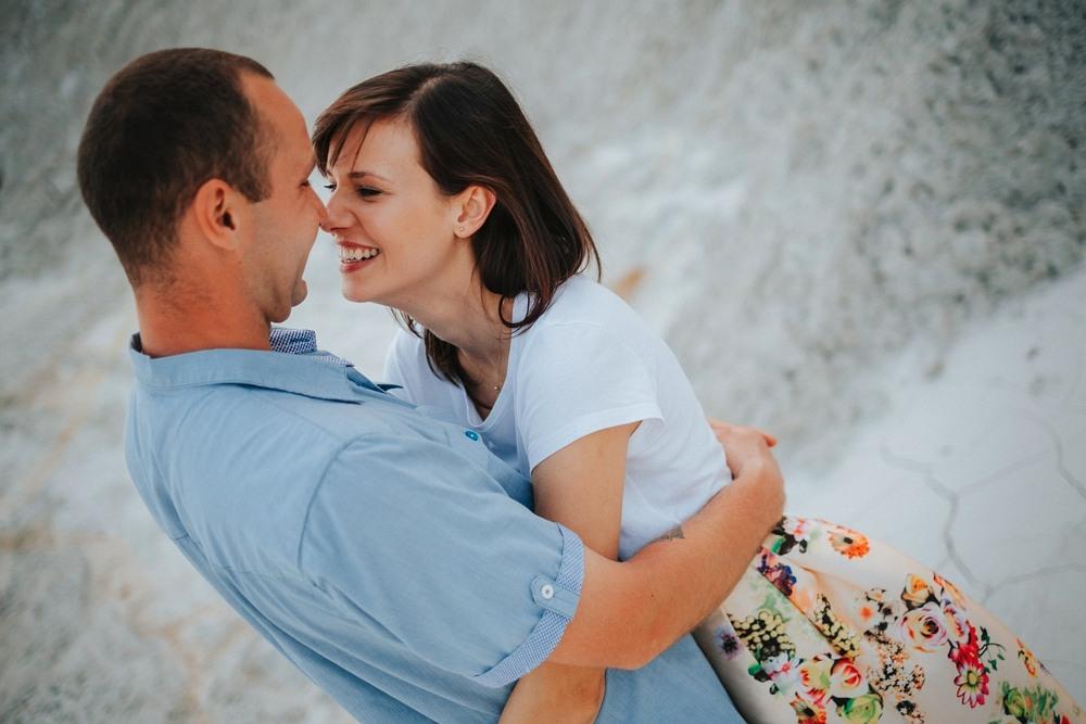 zbliżenie na przytulonych zakochanych w kopalni kredy w Mielniku
