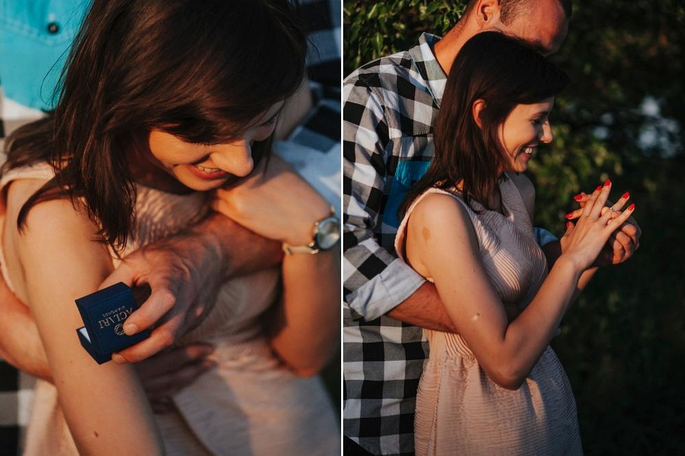 zaręczyny, dziewczyna przymierza pierścionek