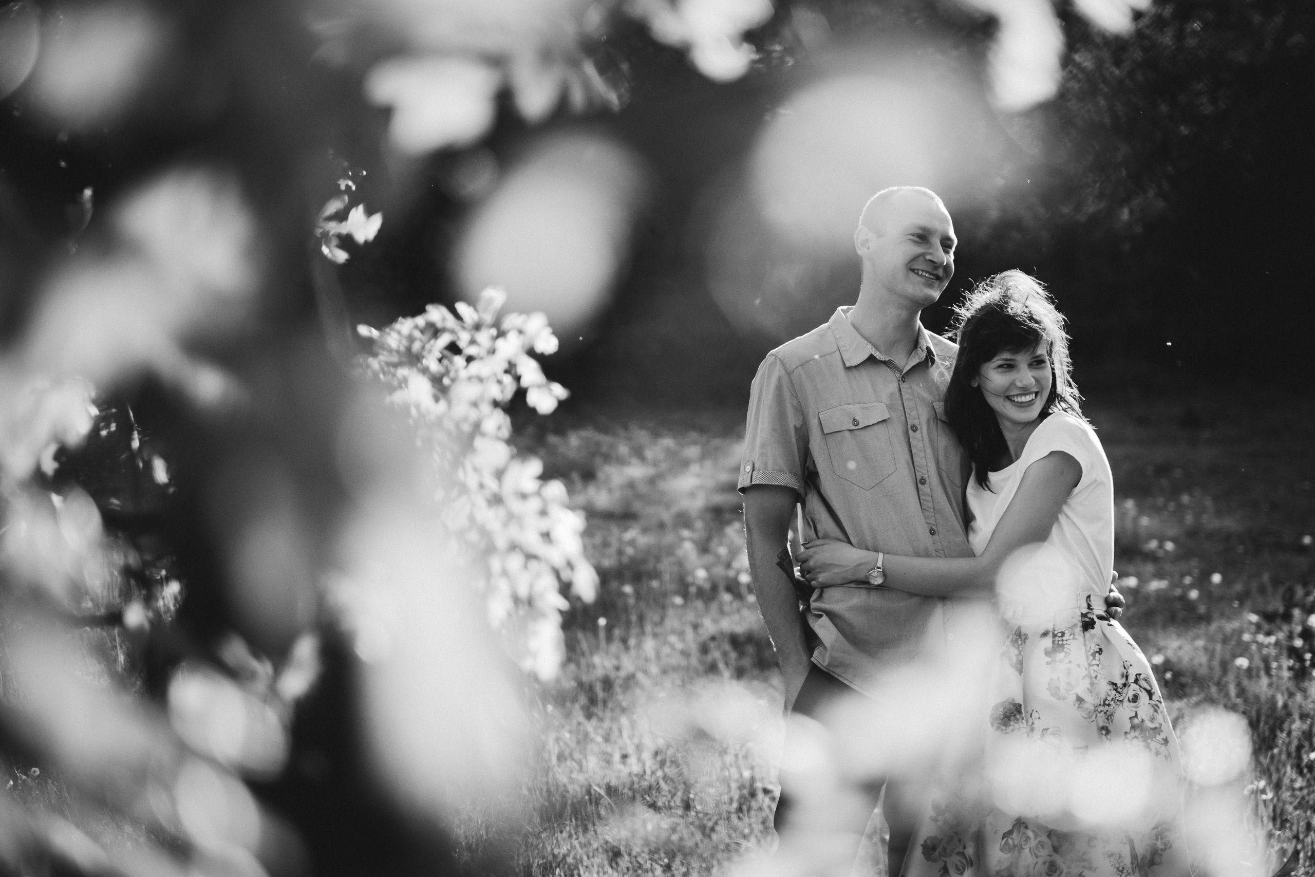 para narzeczonych zza liści drzew, zdjęcie czarno-białe