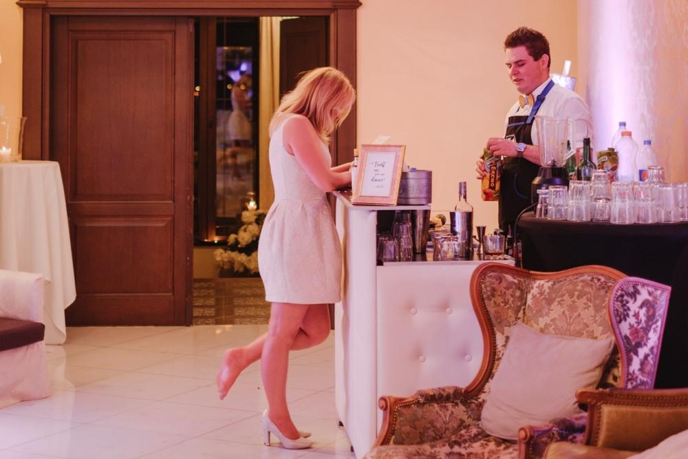 kobieta stoi przy drink barze, wybiera drink