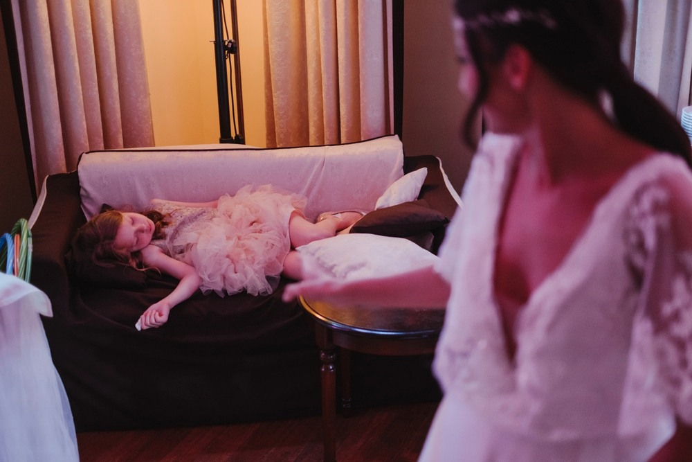 zdjęcie śpiącej dziewczynki i Panny Młodej na pierwszym planie