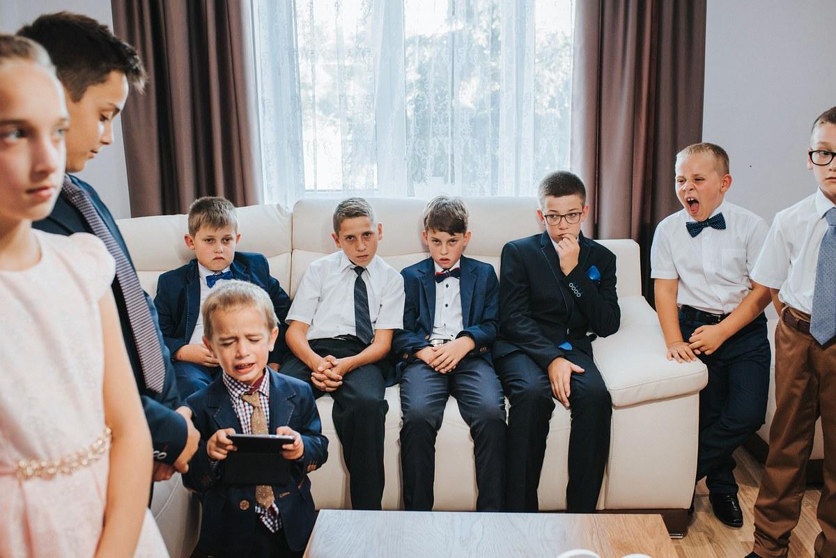 dzieci zgromadzone w pokoju podczas ślubnego błogosławieństwa