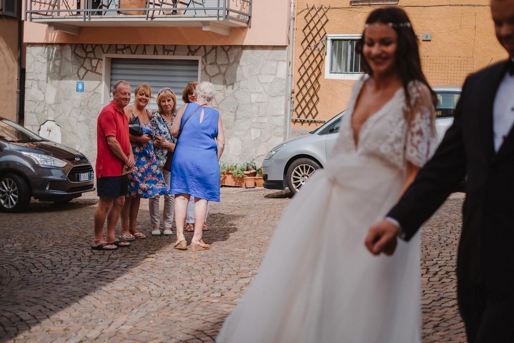 przechodnie oglądają się za parą młodą, Włochy 2017
