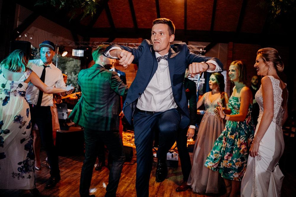 tańczący gość weselny