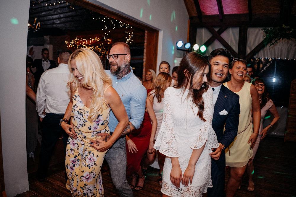 wesołe tańce gości weselnych