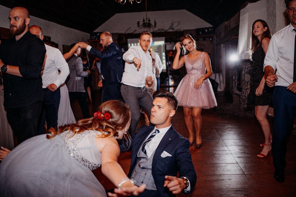 tańce na sali weselnej