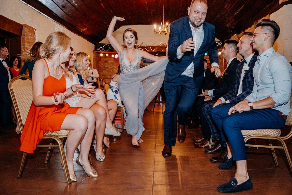ludzie podczas zabawy weselnej zoo
