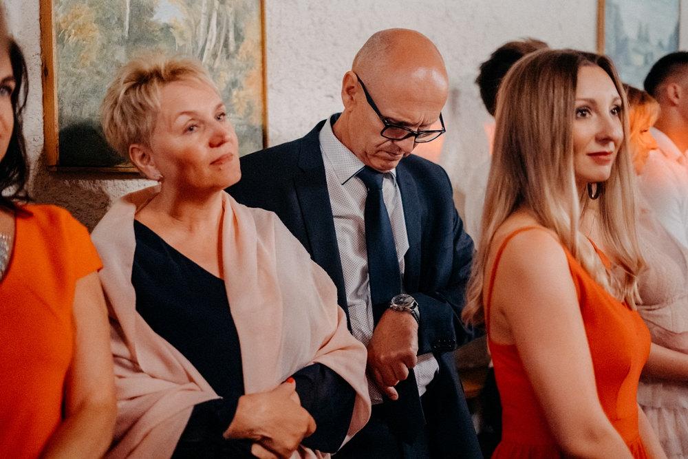 zdjęcie reportażowe - gość weselny patrzy na zegarek