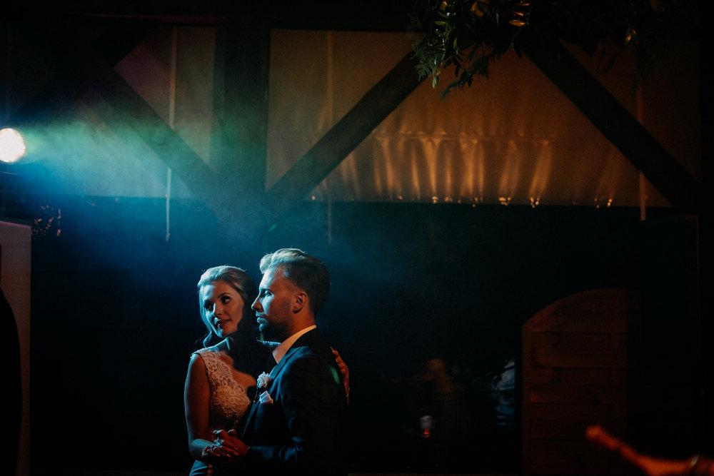 taniec młodej pary w półmroku