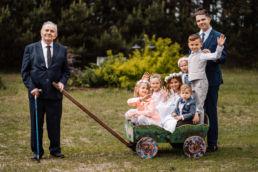zdjęcie dzieci z dziadkiem w dniu pierwszej komunii świętej Julii