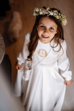 portret dziewczynki w stroju komunijnym w dniu jej Pierwszej Komunii Świętej