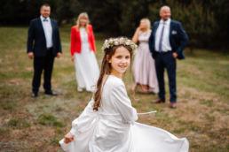 zdjęcie dziewczynki z rodziną w dniu pierwszej komunii świętej