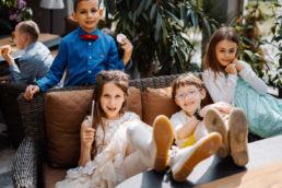 dziewczynka z dziećmi po obiedzie z okazji pierwszej komunii w Korona Park Klewinowo