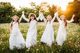 dziewczyny pozują podczas sesji z okazji pierwszej komunii w Białymstoku, na łące