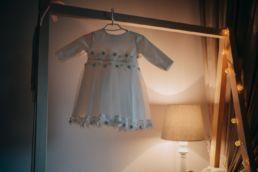 sukienka wisi i czeka na ubieranie dziecka do chrztu