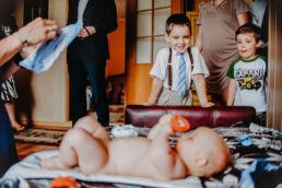 dzieci patrzą na nagiego niemowlaka