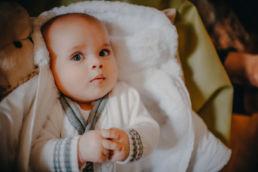 zdjęcie niemowlęcia w dniu chrztu świętego