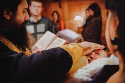 modlitwa batuszki z ręką na głowie dziecka