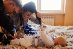 dziecko trzyma za włosy kobietę