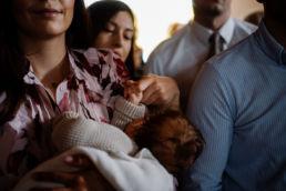 dłonie dziecka i mamy przed ceremonią chrztu
