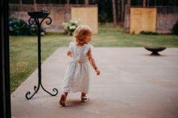 dziewczynka bez sandałka biegnie