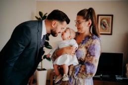 ojciec chrzestny z córką chrzestną i mamą