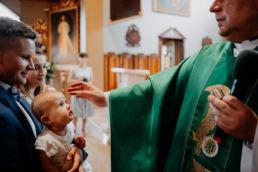 poświęcenie dziecka w kościele przez księdza