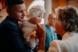 babcia dotyka policzka wnuczki