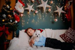 chłopczyk trzymający psa