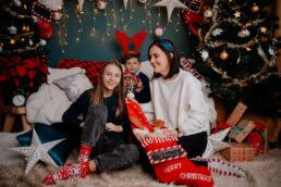 uśmiechnięta rodzina na sesji świątecznej