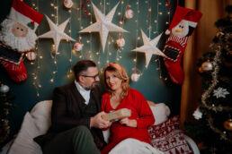 zakochana para dzieli się prezentami z okazji świąt bożego narodzenia