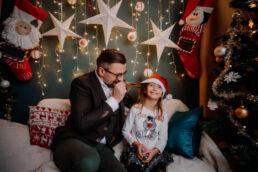 zabawy podczas sesji fotograficznej na ściance świątecznej z okazji świąt bożego narodzenia