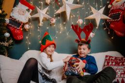 dzieci bawią się cukierkami podczas sesji świątecznej w studio fotograficznym