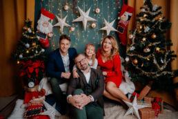 rodzina ubrana świątecznie podczas sesji świątecznej u fotografa w Białymstoku